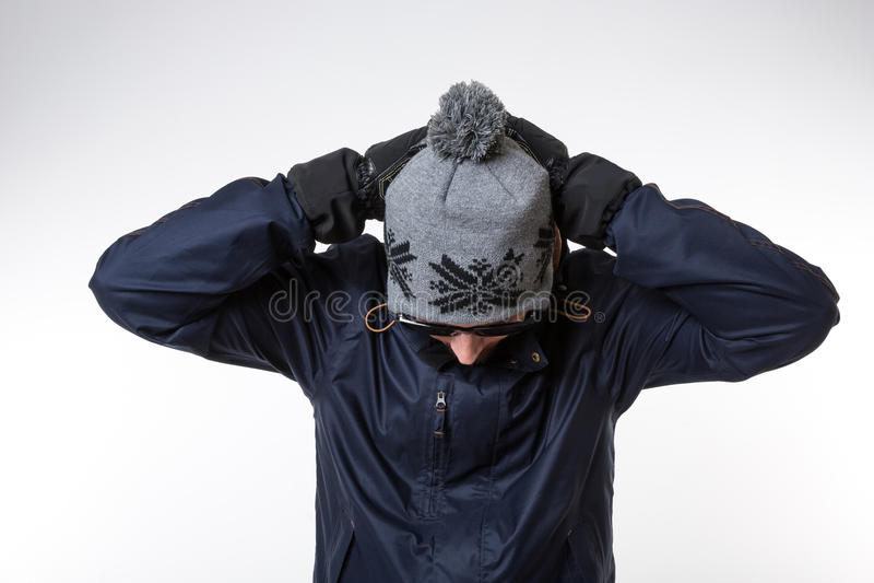 Человек обхватывая его голову стоковое изображение