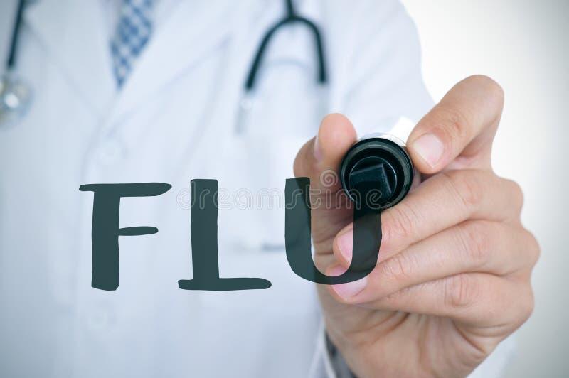 Человек доктора писать грипп слова стоковые фото