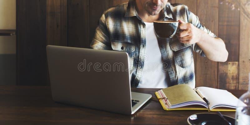 Человек ослабляет концепцию кофейни образа жизни работая стоковые фото