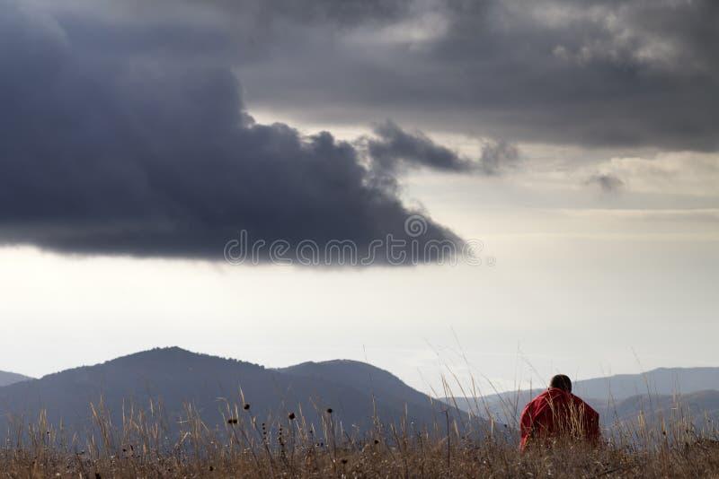 Человек отдыхая на горах стоковая фотография rf