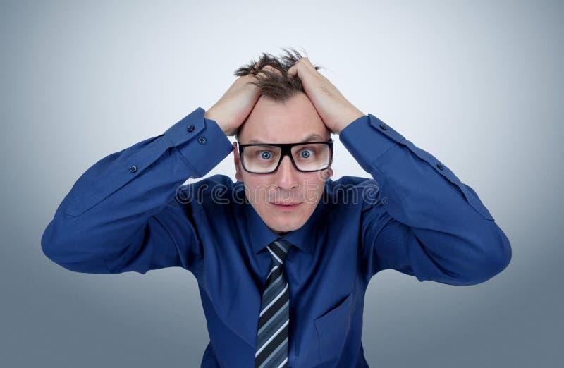 Человек офиса в стеклах схватил его голову страх бизнесмена глубокий стоковое изображение rf