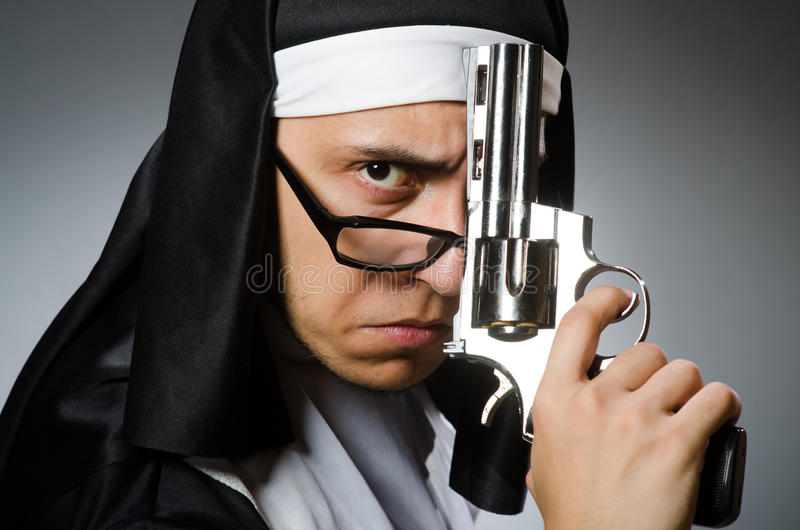 Человек одетый как монашка стоковые фото