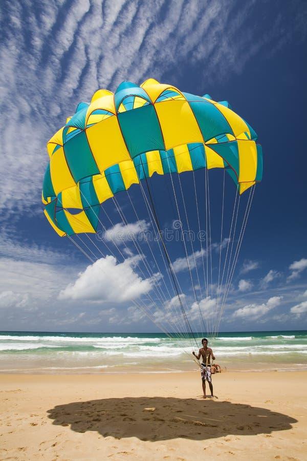 Download Человек парашюта редакционное фото. изображение насчитывающей море - 33733296