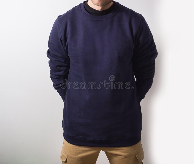 Человек, парень в пустом hoodie военно-морского флота, вверх изолированной фуфайке, насмешке Pla стоковая фотография rf