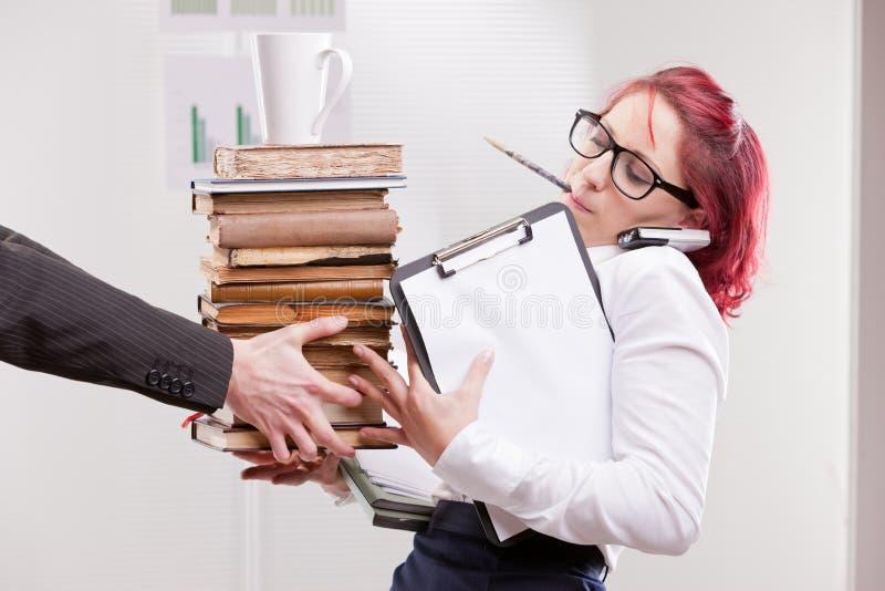 Человек перегружая женщину коллеги с работой стоковое изображение rf