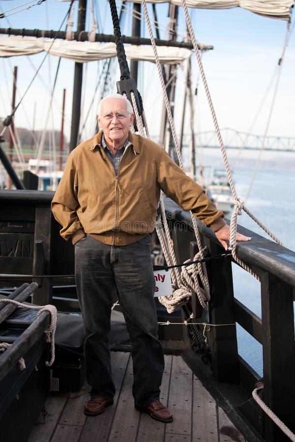 Человек перемещения на историческом корабле стоковые фотографии rf
