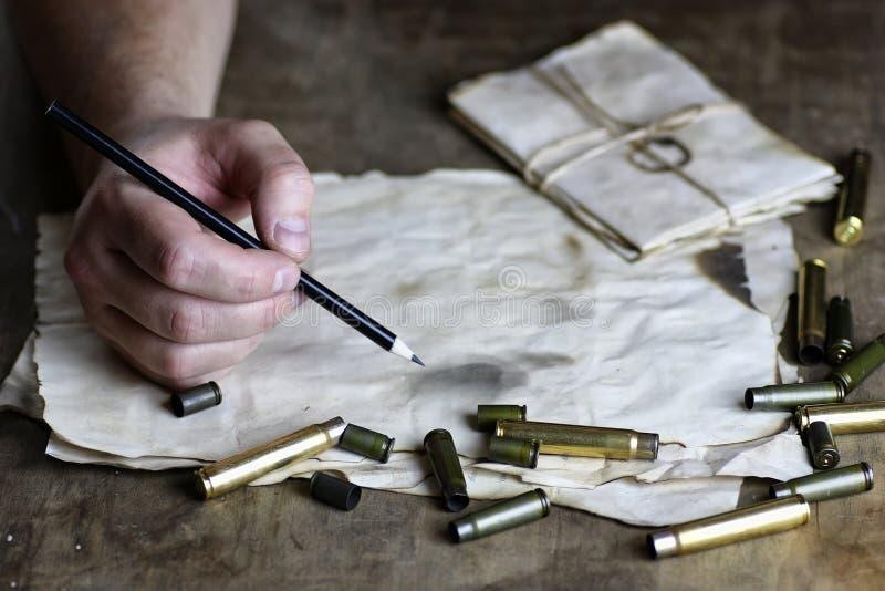 Человек пишет письму ретро пулю на таблице стоковая фотография rf