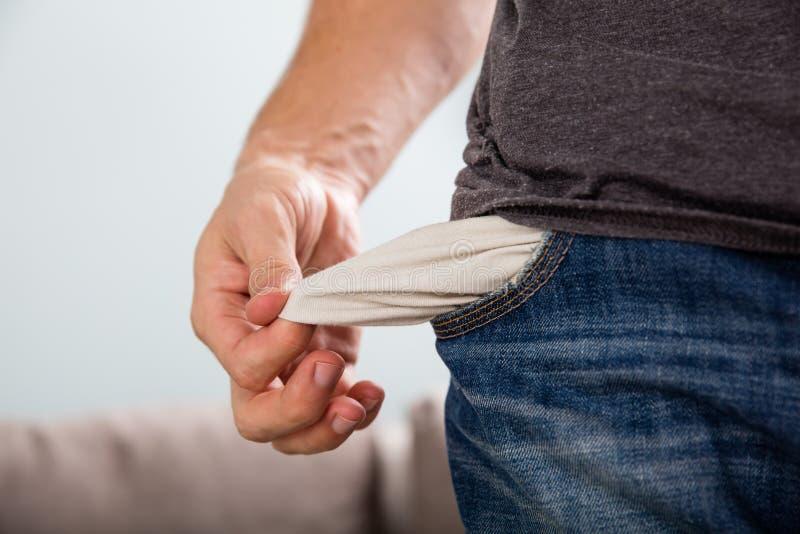 Человек показывая его пустое карманн стоковые изображения rf