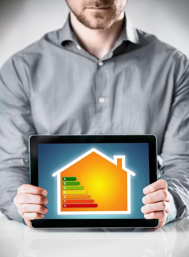 Человек показывая экран платы с концепцией домашней безопасностью стоковые фото