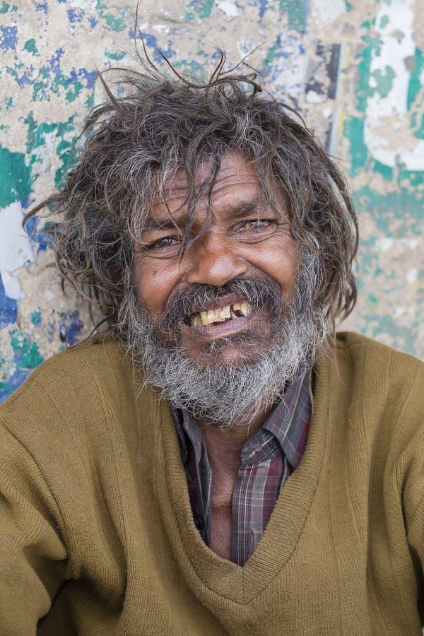 Человек портрета бездомный в Варанаси, Индии стоковые фотографии rf