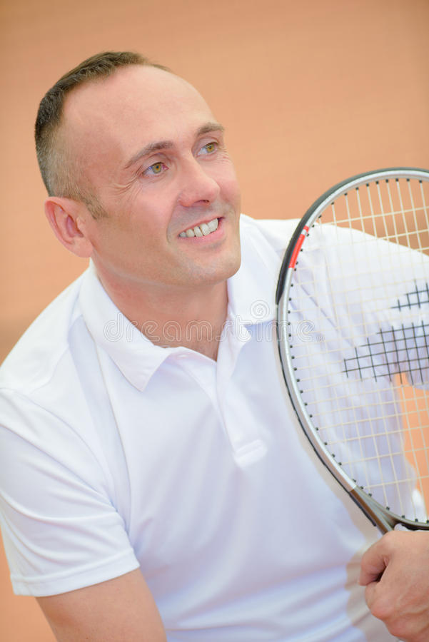 Человек портрета держа ракетку тенниса стоковая фотография rf