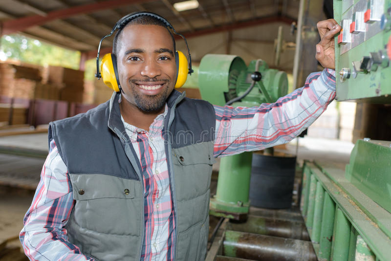 Человек портрета работая промышленное машинное оборудование стоковая фотография rf