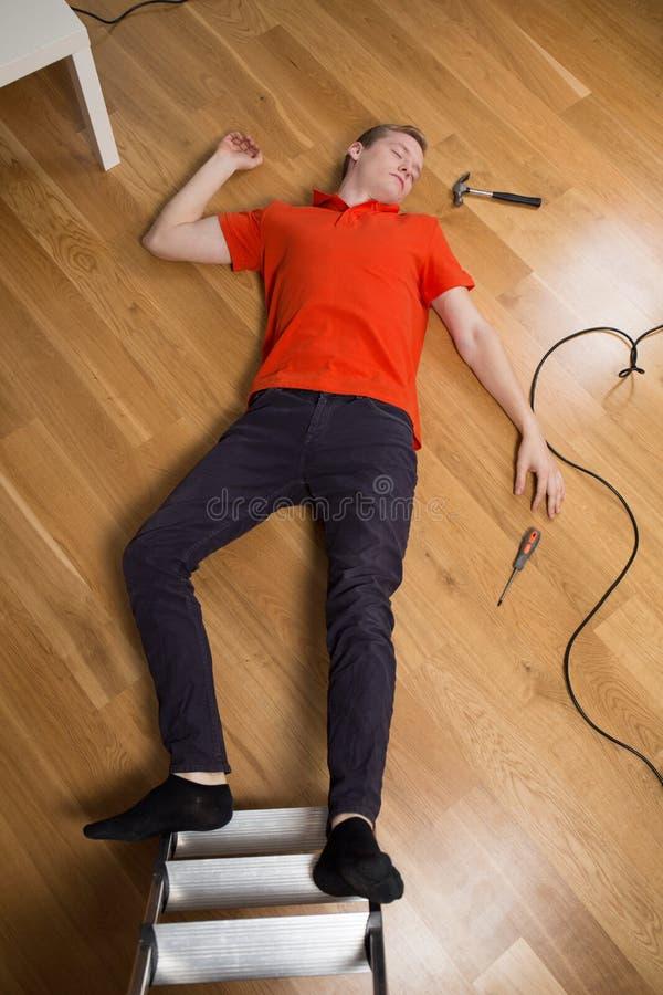 Человек после падать от лестницы стоковое изображение rf