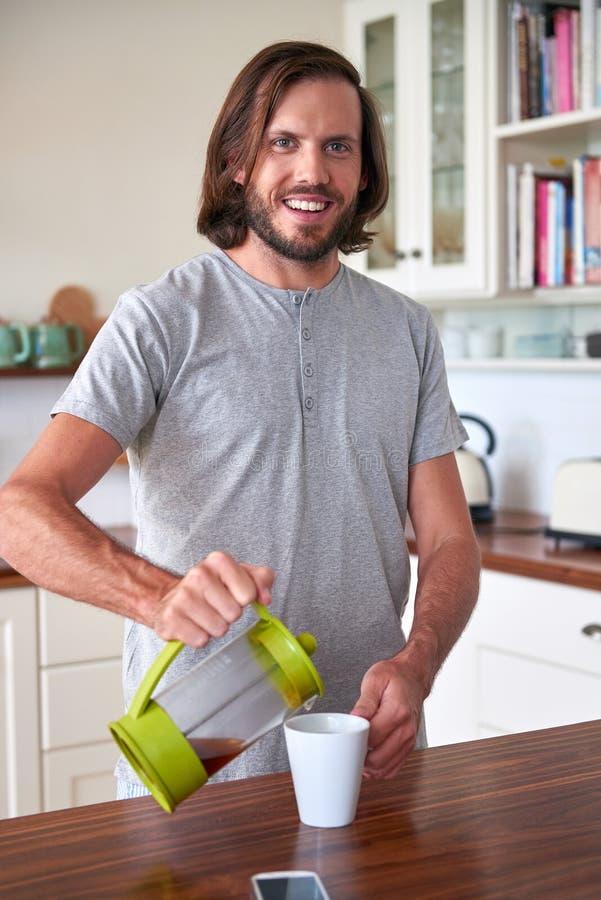 Человек подготавливая кофе утра стоковые изображения rf