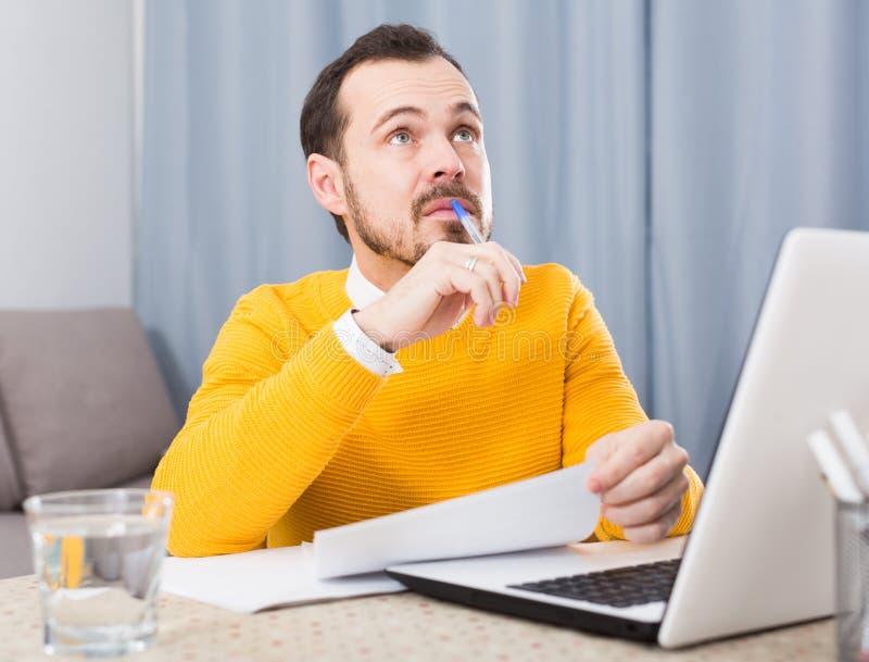 Человек подготавливая для экзаменов стоковое изображение rf