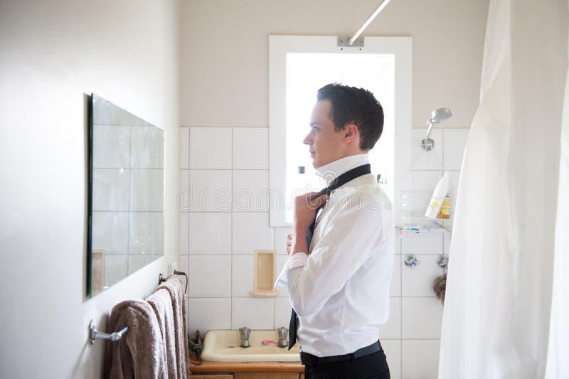 Человек получая готовый на специальный день стоковые фотографии rf