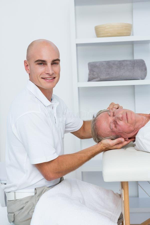 Человек получая головной массаж стоковое фото rf