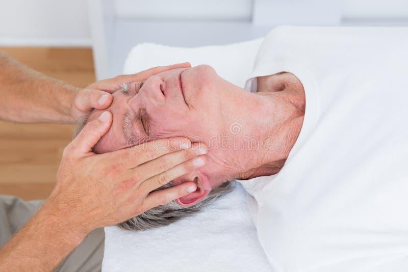 Человек получая головной массаж стоковое изображение