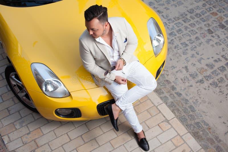 Человек представляя с спортивной машиной стоковая фотография rf
