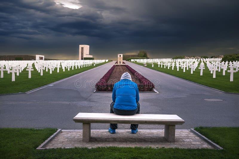 Человек предусматривая в кладбище стоковые изображения