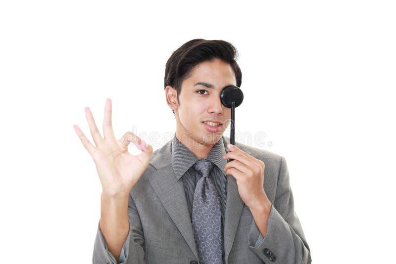 Человек принимая испытание глаза стоковые изображения rf