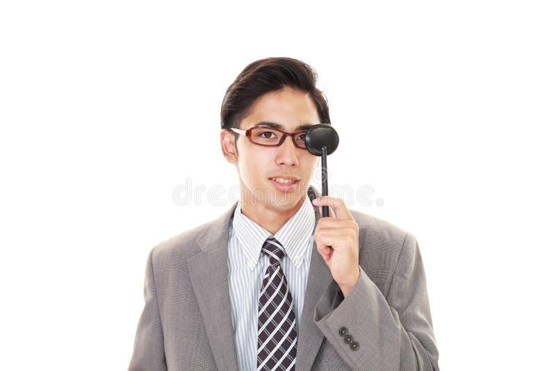 Человек принимая испытание глаза стоковое изображение rf
