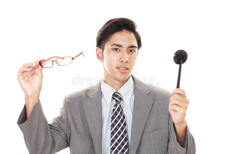 Человек принимая испытание глаза стоковая фотография