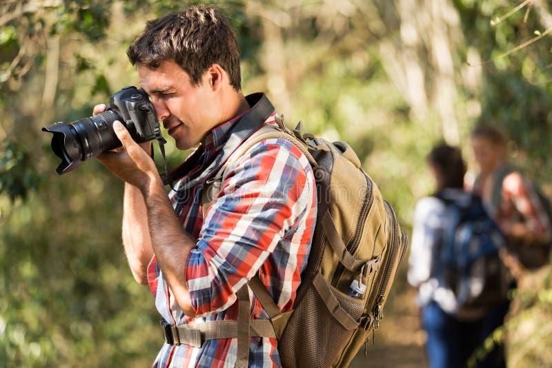 Человек принимая пеший туризм фото стоковое фото