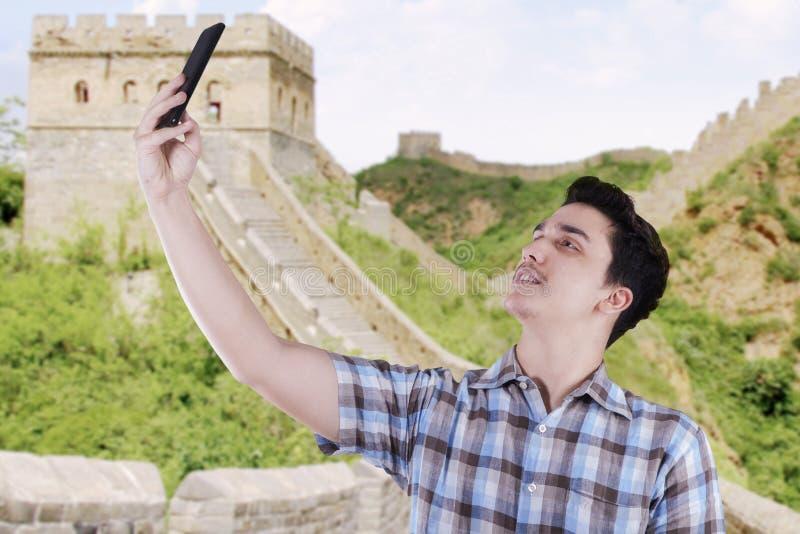 Человек принимая фото собственной личности на Великой Китайской Стене стоковое изображение