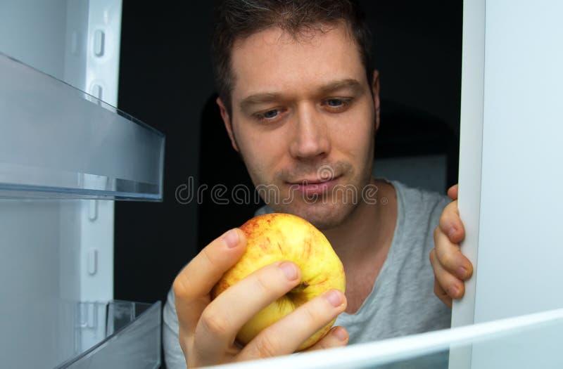 Человек принимая яблоко стоковые фотографии rf