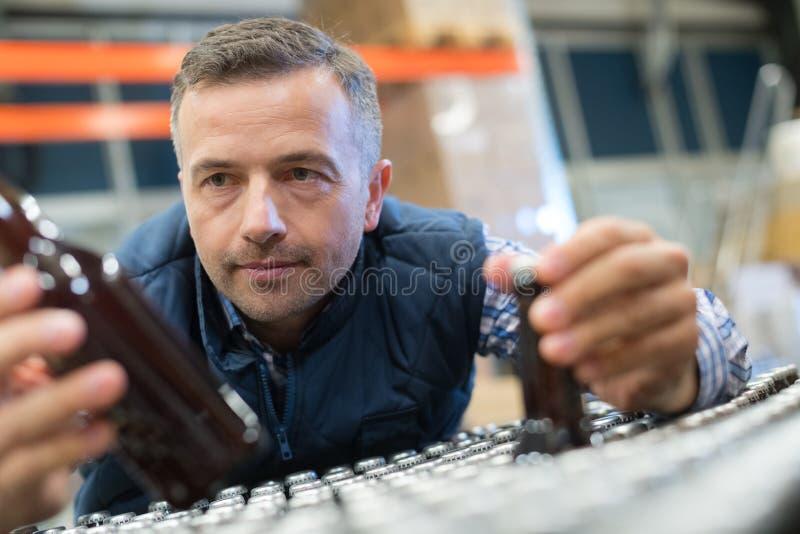 Человек присутствуя на решениях в фабрике стоковые изображения