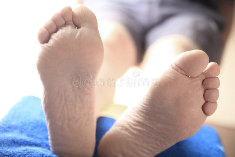 Человек при поднятые ноги стоковая фотография