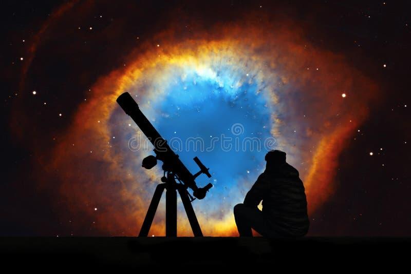 Человек при телескоп смотря звезды Межзвёздное облако винтовой линии стоковое изображение