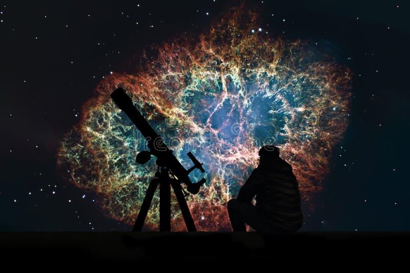 Человек при телескоп смотря звезды Межзвёздное облако краба стоковая фотография