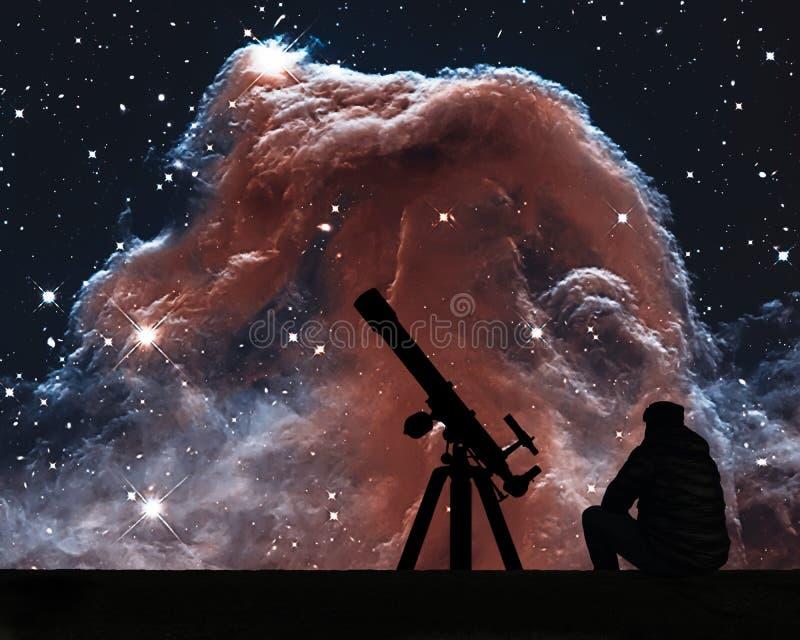 Человек при телескоп смотря звезды Межзвёздное облако Horsehead стоковые фото