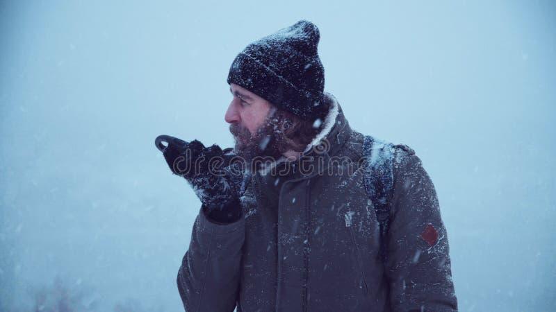 Человек при ser портативного радио ища сигнал стоковые фото