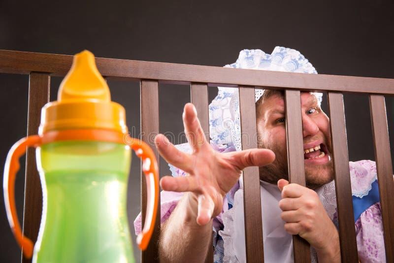 Download Человек пробуя достигнуть вне бутылку Стоковое Изображение - изображение насчитывающей цветасто, юмористика: 37925753