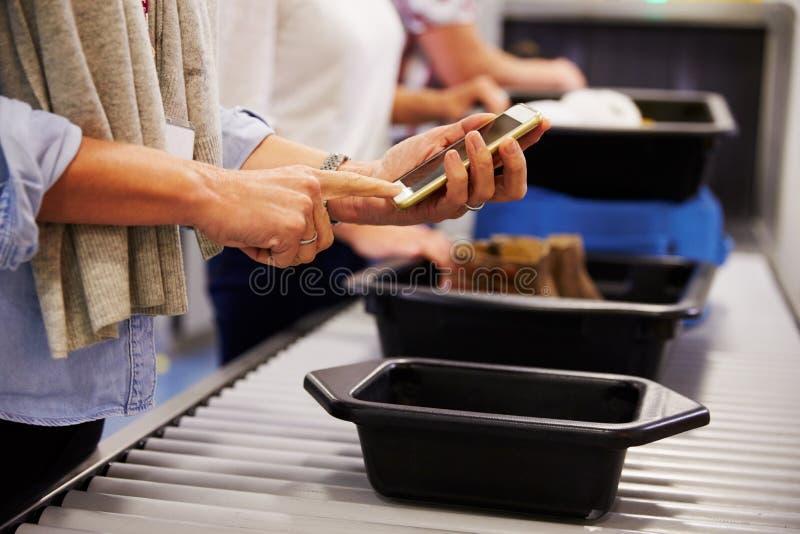 Человек проверяя чернь поручен на проверке службы безопасности аэропорта стоковое изображение rf