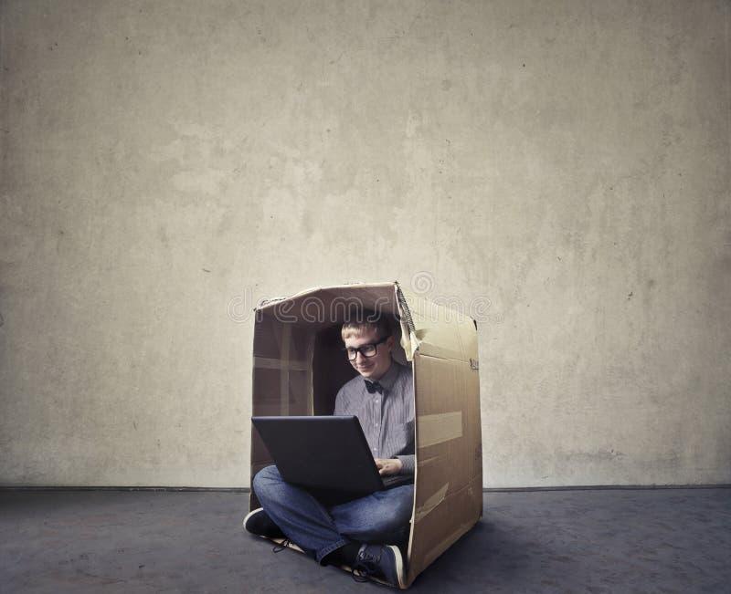 Человек просматривая в коробке стоковые изображения rf