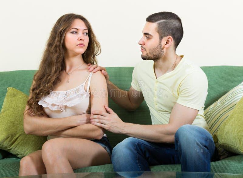 Человек прося forgivness от женщины стоковая фотография rf