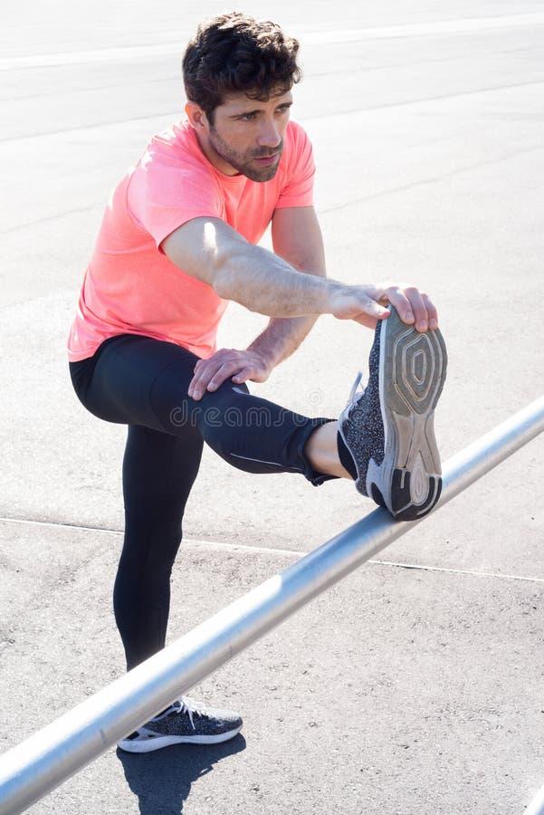 Человек протягивает ногу стоковые изображения rf