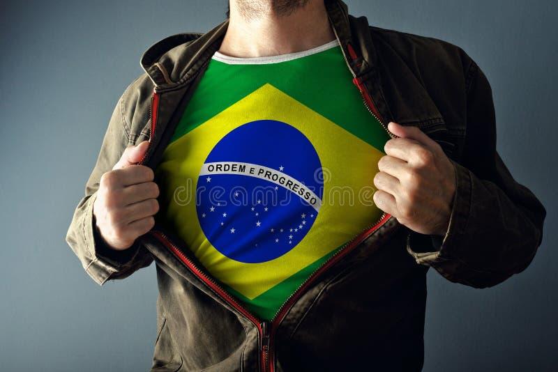 Download Человек протягивая куртку для того чтобы показать рубашку с флагом Бразилии Стоковое Изображение - изображение насчитывающей показывать, гордость: 40580765