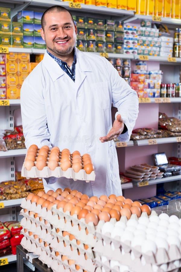 Человек продавая яичка в рынке стоковая фотография
