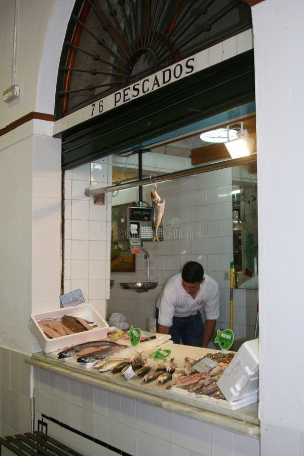 Человек продает свежих рыб в магазине в Севилье, Испании стоковое фото rf
