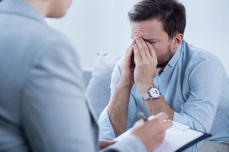 Человек плача во время психотерапии стоковая фотография rf