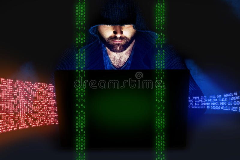 Человек работая на компьютере в темной комнате обеспеченность перевода интернета принципиальной схемы 3d стоковое фото