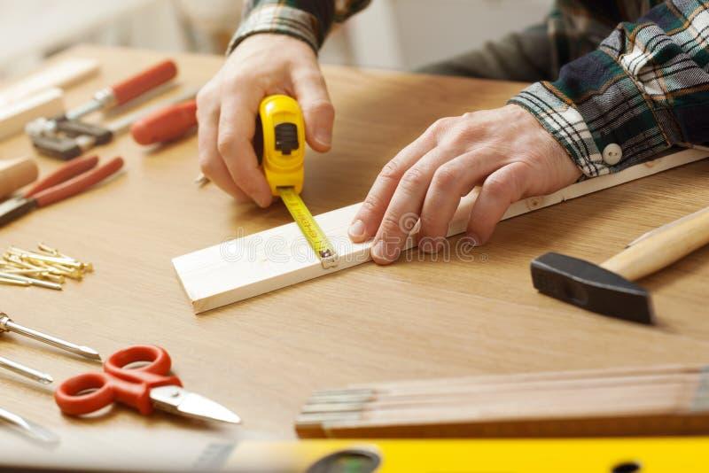 Человек работая на проекте DIY стоковые изображения rf