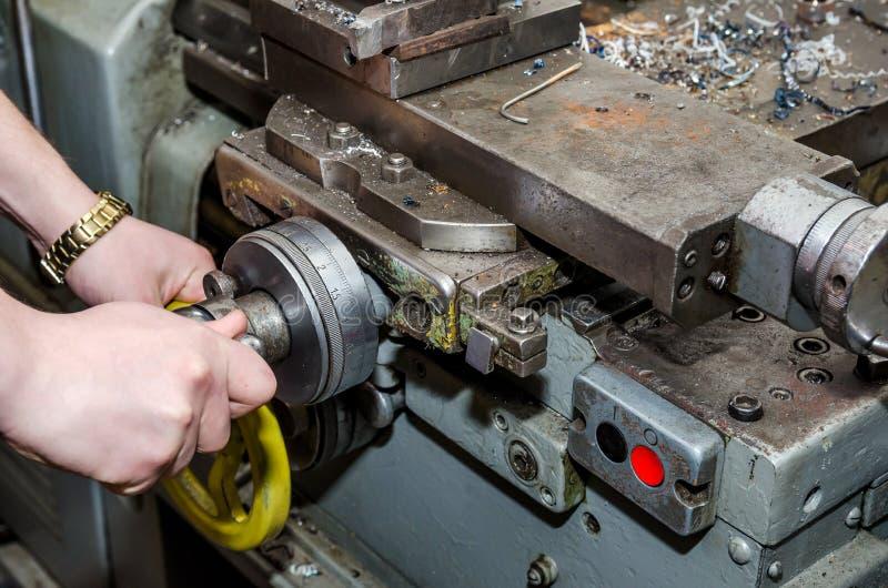 Человек работая на промышленном токарном станке стоковые изображения rf