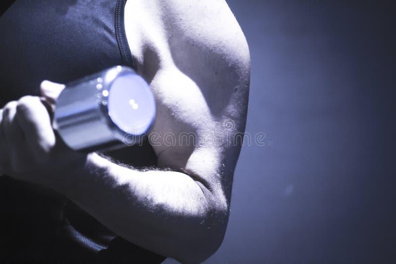 Человек работая с оздоровительным клубом веса спортзала гантели стоковое изображение rf