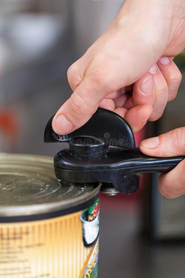 Человек раскрывая олово консервов стоковое изображение rf